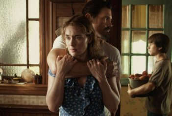 labor-day-kate-winslet-in-una-scena-con-josh-brolin-e-gattlin-griffith-282707_jpg_351x0_crop_q85